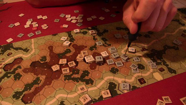 Regabuto Ridge - pod kouřem na vrcholku hory se skrývá můj bravurně umístěný minomet, který již po prvním kole německého útoku měl všechny nepřátele mimo dostřel.